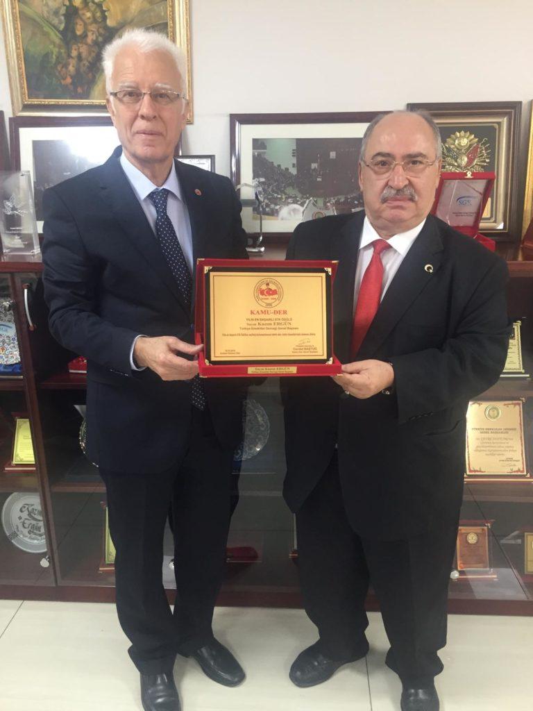 Türkiye Emekliler Derneği Genel Başkanı Kazım ERGÜN Bey'in ödülünü takdim ederken