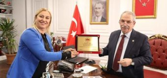 Yılın başarılı belediye başkanı plaketi Necaattin Bey'e takdim edildi.