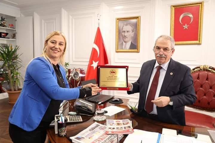 Yılın başarılı belediye başkanı olarak plaketini kamu der genel başkanımız Cevdet Baştuğ adına Necaattin başkanımıza plaketini Derya Özer Bozkurt Samsun Kamu der il başkanı takdim etti.