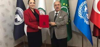 Kamu-Der ödülleri hak sahiplerini buluyor. Kamu-Der'den ULUSKON Genel Başkanı Nezaket Emine Atasoy'a yılın iş kadını ödülü takdim edildi.